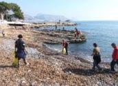 Voluntaris recullen 600 kilos de residus al litoral d'Altea