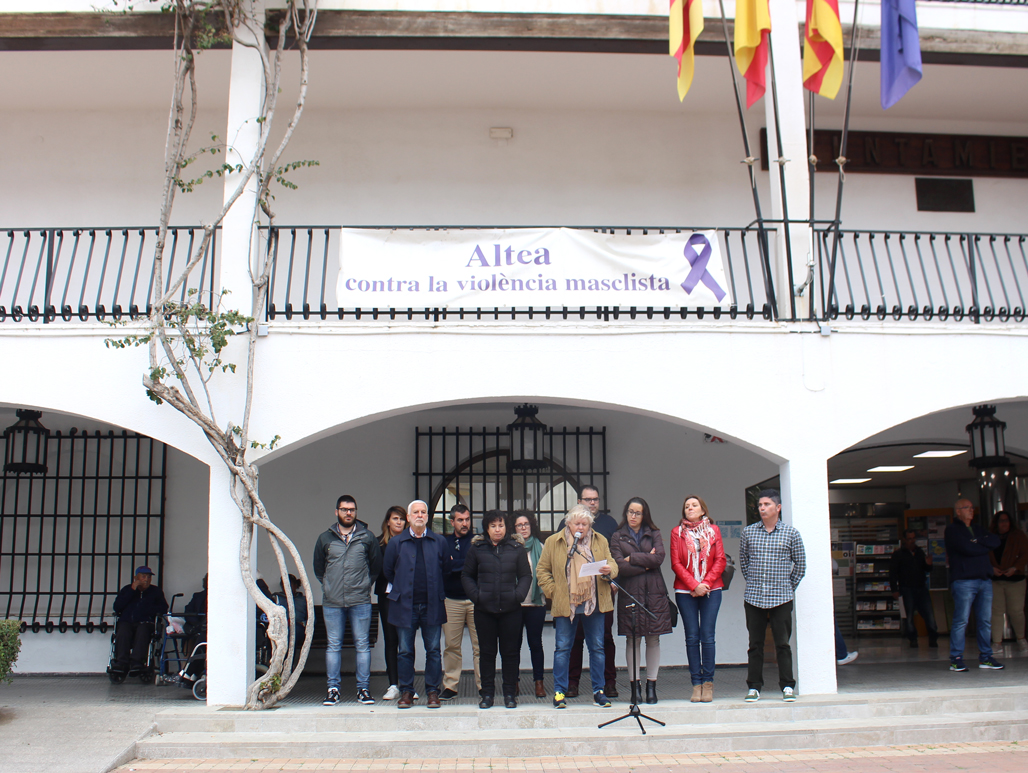 La corporació municipal, alteans i alteanes s'han congregat a les portes del consistori per manifestar la seua repulsa, amb uns minuts de silenci, contra l'assassinat masclista d'una veïna de Moraira de 36 anys