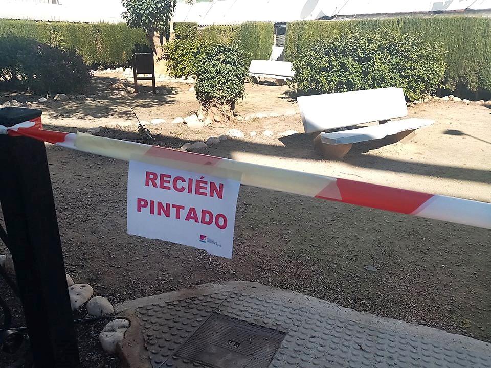 """La Brigada de Pintura de la PDM """"posa a punt"""" el mobiliari urbà d'Altea"""