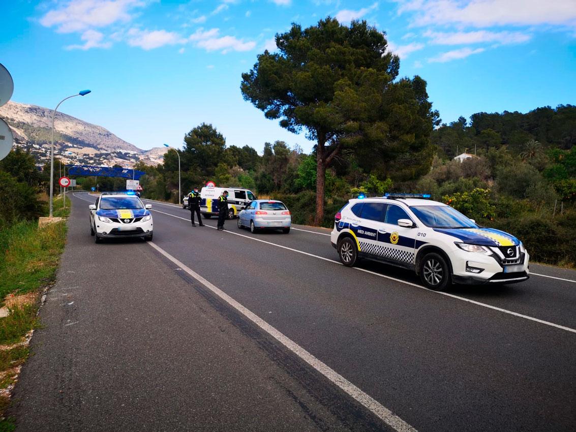 El trànsit durant la jornada de hui, divendres 3 d'abril, ha estat dins de la normalitat. No obstant Policia Local i Guàrdia Civil han intensificat els controls als accessos a Altea des de la N-332 i l'AP-7 per a garantir que es compleix amb el Decret d'Estat d'Alarma