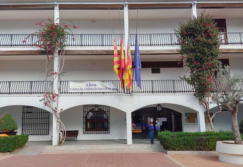 Altea es va sumar, el dia d'ahir, al dol oficial declarat per la Generalitat Valenciana. Les banderes del Consistori onejaven a mitja asta com a mostra de respecte, condol i reconeixement a les persones que han perdut la vida a causa de la pandèmia del COVID-19