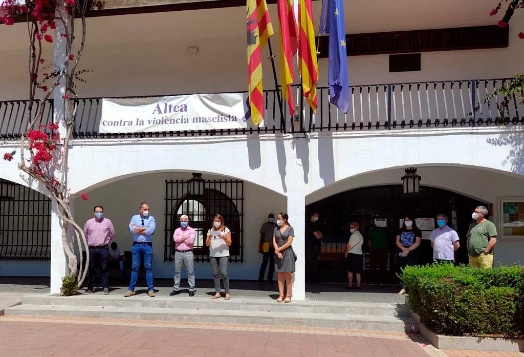 El Ayuntamiento de Altea encabezado por el alcalde, Jaume Llinares, ha guardado un minuto de silencio en memoria de los fallecidos por el COVID-19. En representación de la corporación municipal, la concejala de Turismo, Xelo González, ha sido la encargada de leer el manifiesto en recuerdo a las víctimas y como muestra de respeto y pésame a sus familias. El Ayuntamiento de Altea se suma así al luto oficial aprobado por el Gobierno desde hoy hasta el 6 de junio