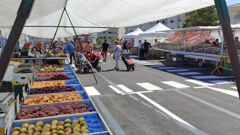 El mercadillo de fruta y verdura confirma su gran acogida con más de 2.000 visitas cada martes