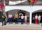 """A les 12:00 hores, la corporació municipal de l'Ajuntament d'Altea, encapçalada per l'Alcalde, Jaume Llinares, ha guardat un minut de silenci a les portes del consistori. L'edil Rafael R. Mompó ha fet lectura del manifest en reconeixement a les persones que han perdut la vida a causa de la COVID-19 i en suport als seus familiars, donant per finalitzat el període de 10 dies de dol oficial. Paral·lelament, els grups polítics que han participat a """"Altea a Debat"""" també s'han sumat al minut de silenci a l'inici del programa"""