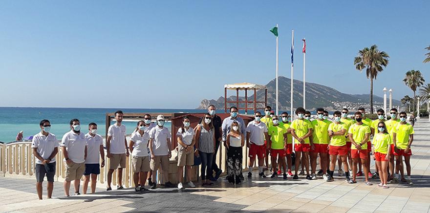 Medio centenar de jóvenes entre auxiliares de playa y socorristas velan por la seguridad de los bañistas en Altea