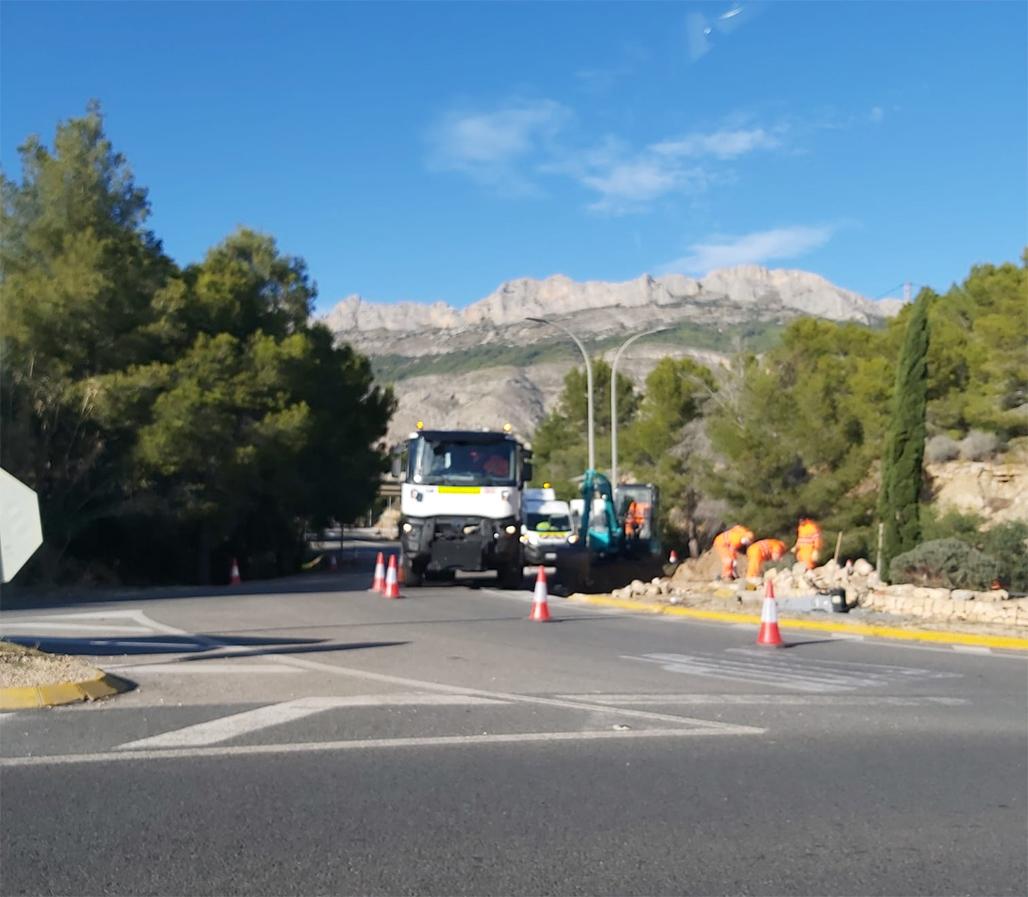 A petición del Ayuntamiento, Carreteras mejora la circulación en el cruce de la AP-7 con Altea la Vella