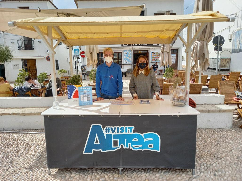 VisitAltea ha reforçat el seu equip amb la incorporació d'un estudiant de Turisme UA. En el seu primer dia de pràctiques, Carlos Ivorra ha estat acompanyat per l'edil de l'àrea, Xelo González.