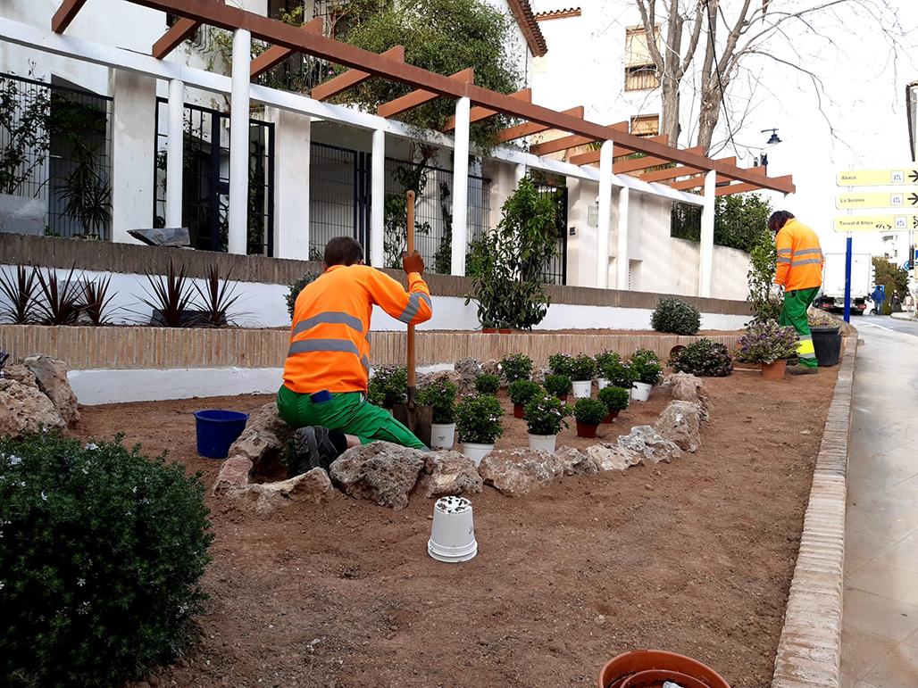 Altea renova els jardins de Pont de Moncau i el carrer Alcoi