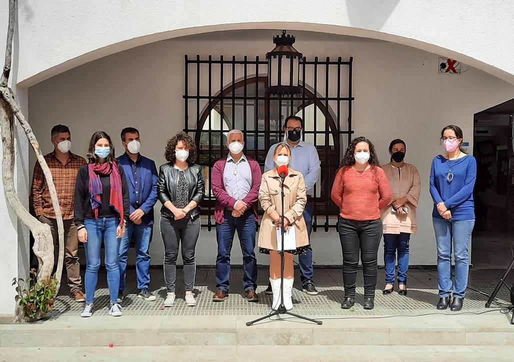 L'Ajuntament d'Altea ha manifestat la seua repulsa per l'últim assassinat masclista, ocorregut ahir a Sagunt i reivindica el Pacte Valencià contra la Violència de Gènere. A les portes del Consistori, autoritats, funcionaris i ciutadania han guardat un minut de silenci, al què ha precedit la lectura d'una declaració institucional a càrrec de la regidora Maria A. Laviós.