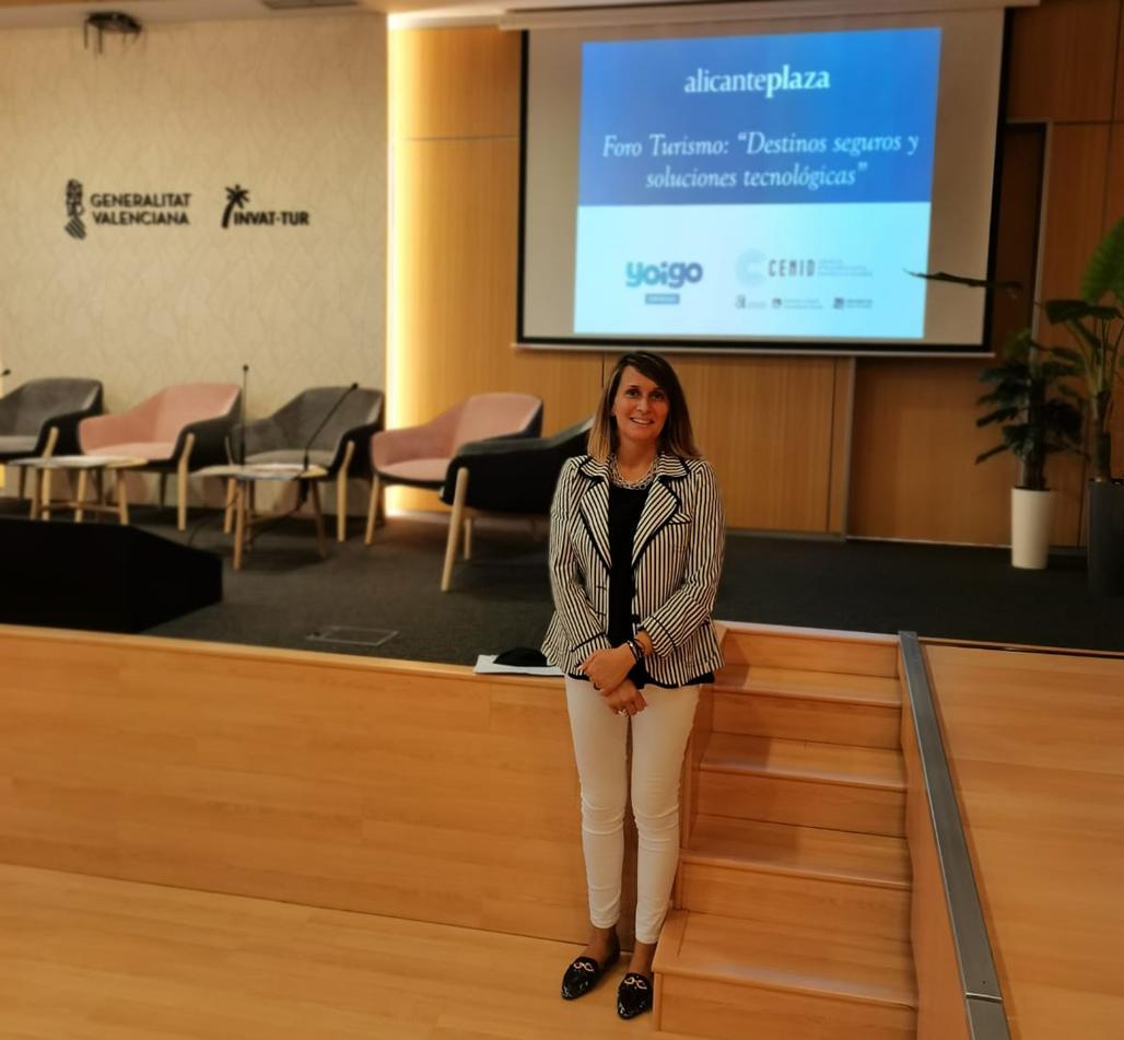 La regidora de Turisme, Xelo González, ha participat al forum sobre destinacions turístiques segures i solucions tecnològiques organitzat pel diari ALicante Plaza a la seu d'INVAT-TUR de Benidorm