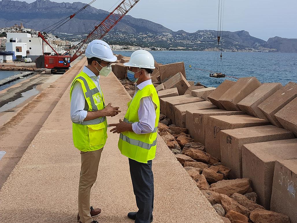 Conselleria y Ayuntamiento supervisan las obras de refuerzo del dique del Puerto de Altea