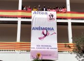 L'Ajuntament d'Altea reivindica el Dia Internacional del Càncer de Mama. Prèviament a la penjada de la pancarta, Jéssica Sanchis, psicòloga d'Anémona, ha llegit el manifest de la Federació Espanyola de Càncer de Mama (FECMA) per a la cita.